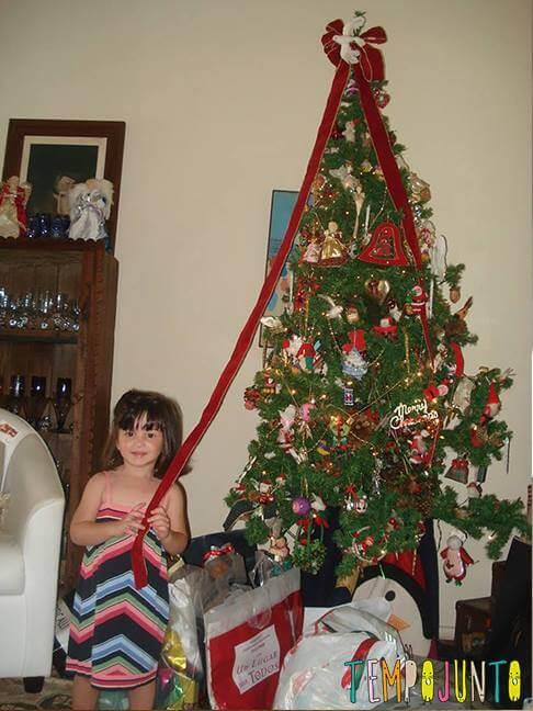 Carol esperando a baertura dos presentes