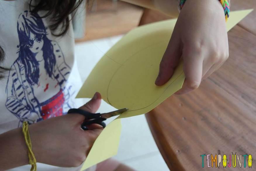 Cortando o papel foguete