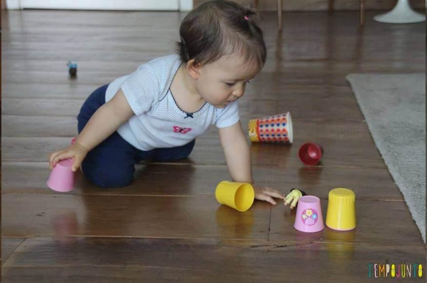 gabi brinca com os brinquedos caidos