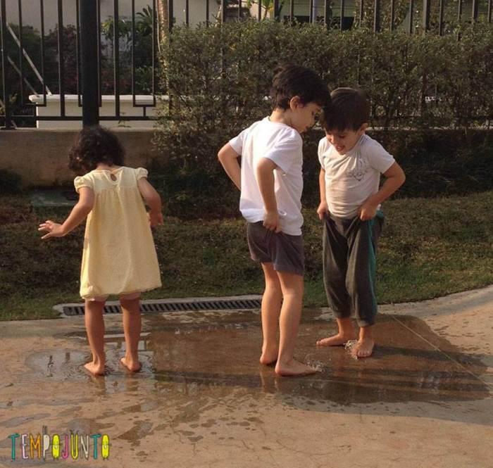 Crianças brincam de pegadas