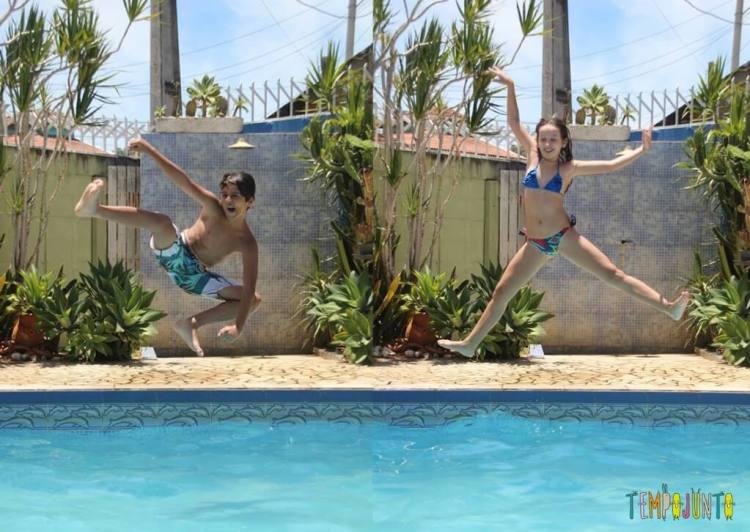 brincadeiras na piscina - joão e clara nadando