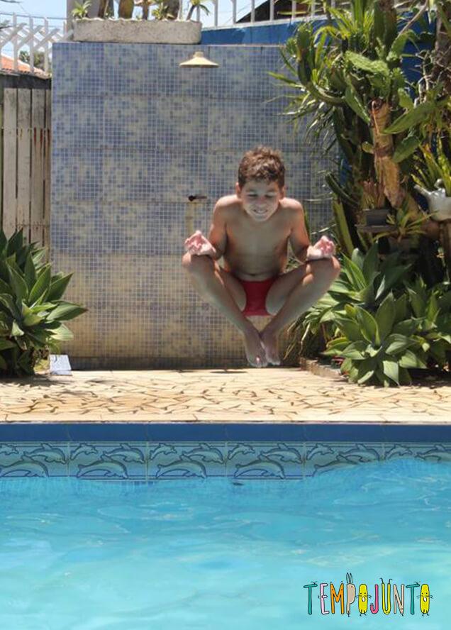 brincadeiras na piscina - pedro pulando