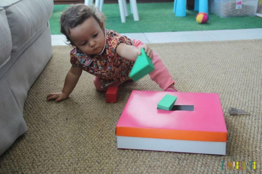 brincadeira para bebês - gabi brincando com a caixa