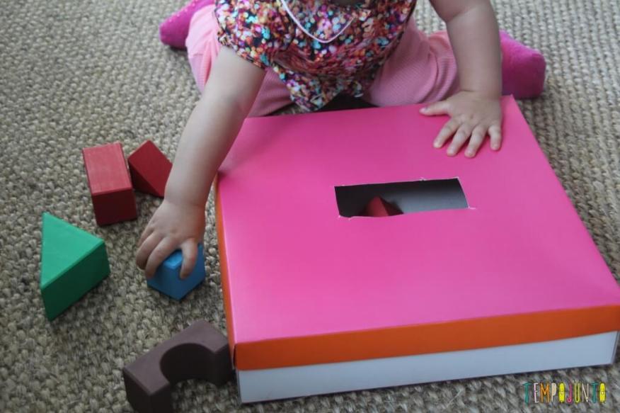brincadeira para bebês - gabi com a caixa