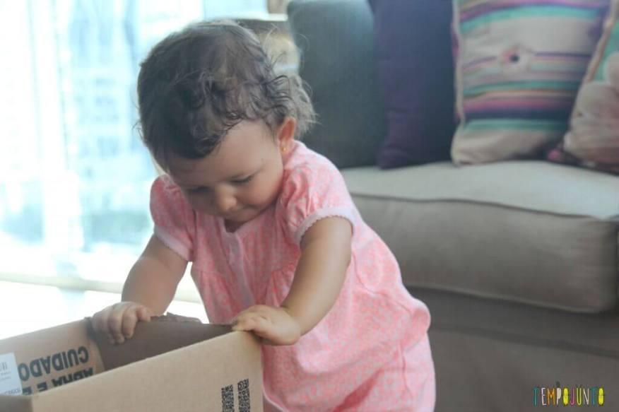 Brincadeira para bebês com bolas e caixas - Gabi em pé olhando