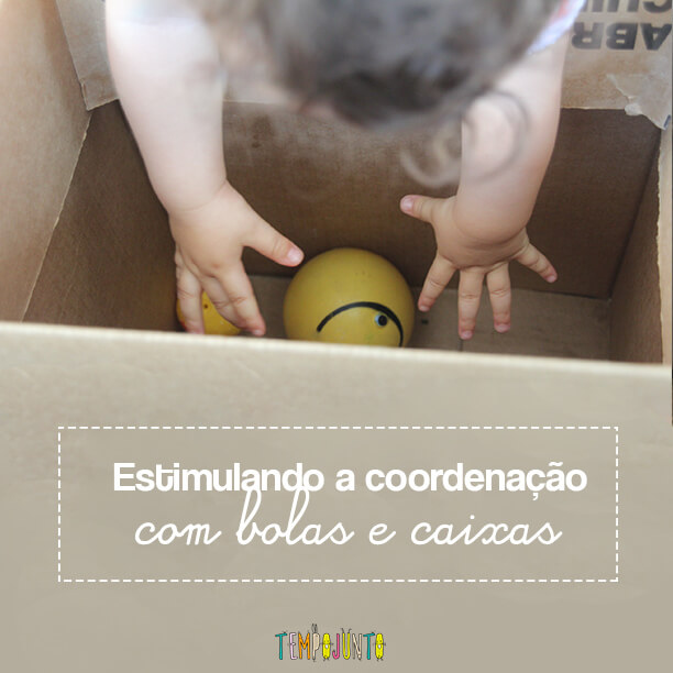 Brincadeira para bebês com bolas e caixas