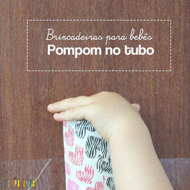 Brincadeira para bebês com pompom e rolo de papel toalha
