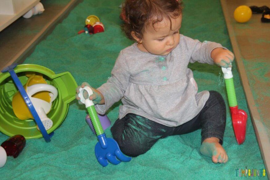 brincadeira sensorial - brincando com a areia com utensilios