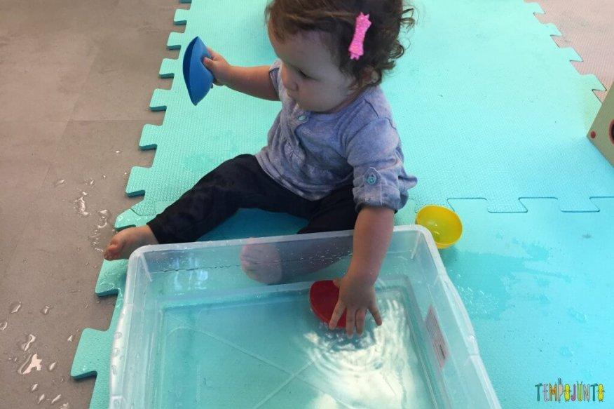 brincadeira sensorial - caixa de água com potinho