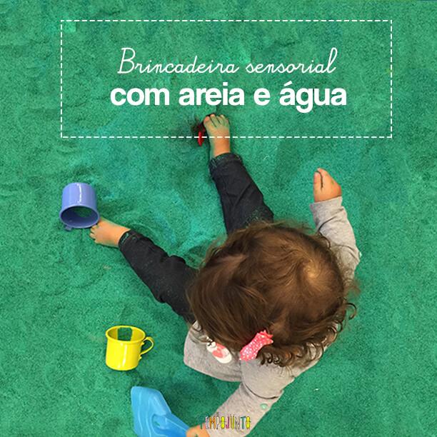 Faça brincadeira sensorial com areia e água para bebê