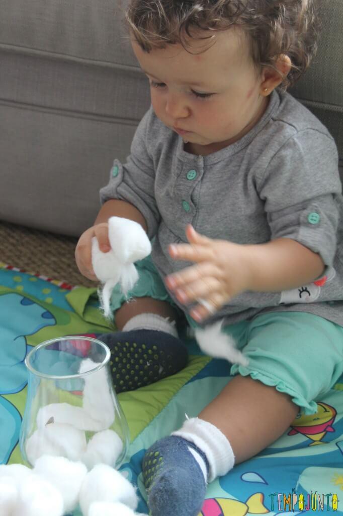 Brincadeira simples para bebês - brincando com o algodão
