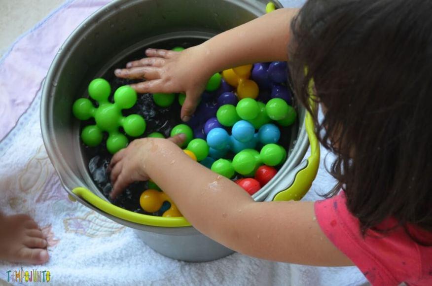Cantinhos - crianças brincando com brinquedos e balde