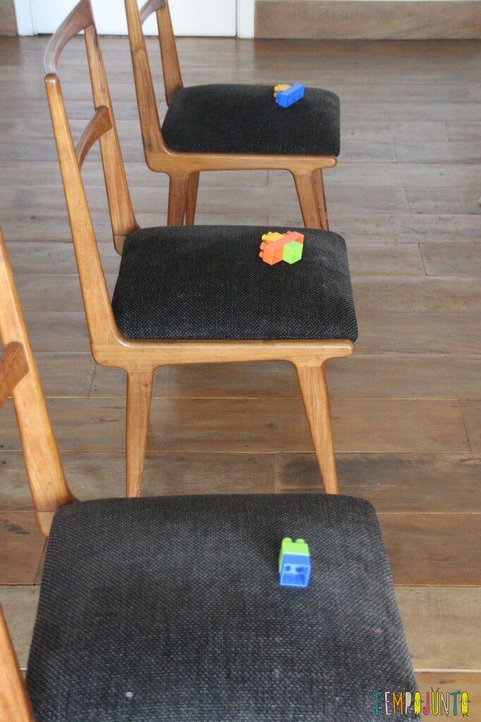 Incentive seu bebê a andar - fila de cadeiras