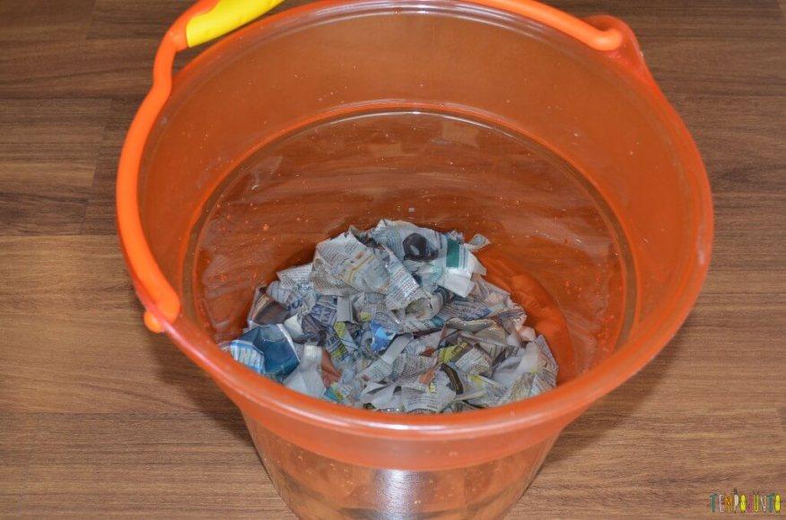 papel reciclado - balde com papel
