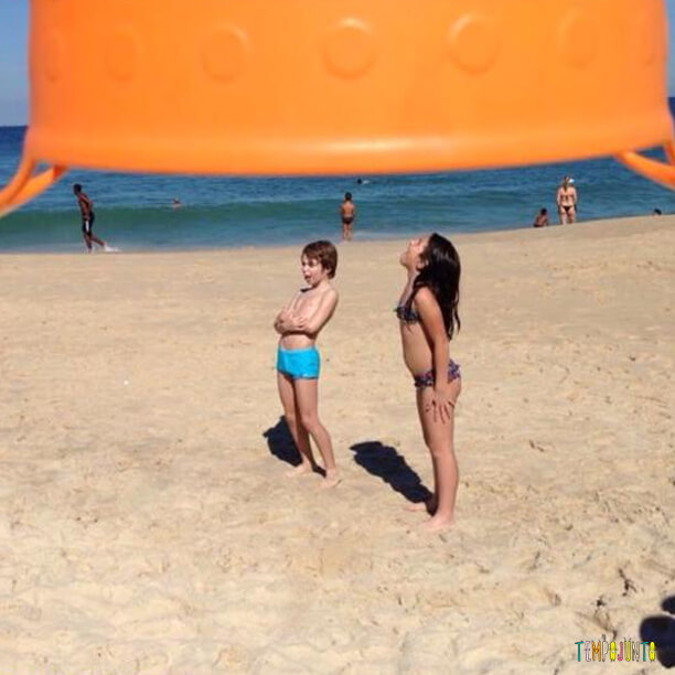 Sombra com balde na praia