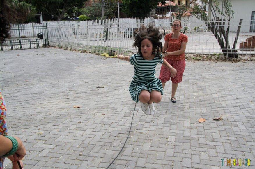 Brincadeiras de rua - Carol pulando corda