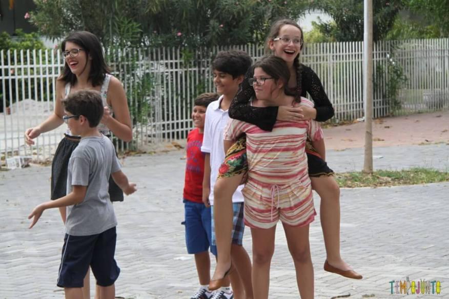 Brincadeiras de rua - - crianças se divertindo