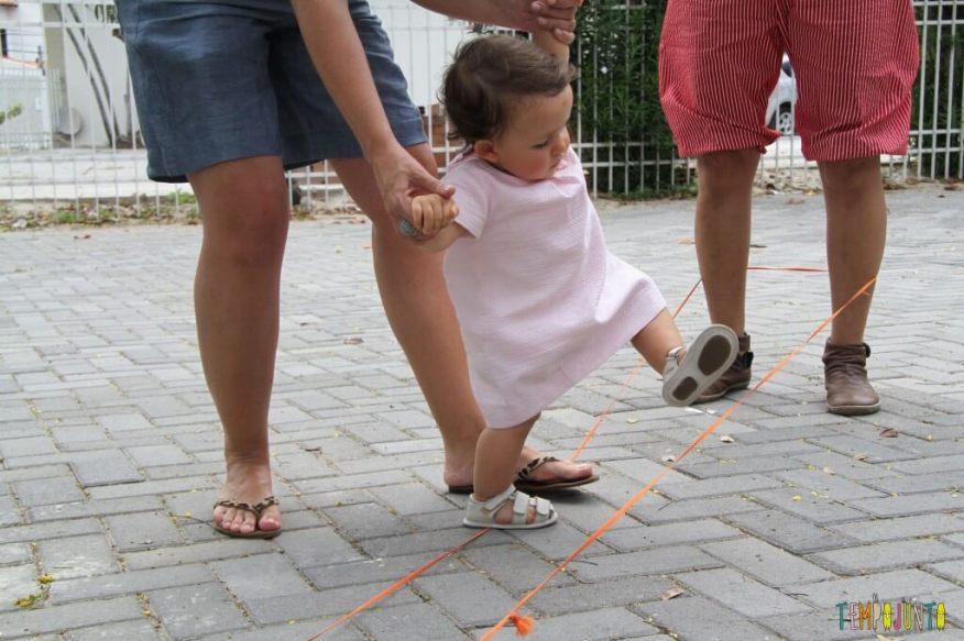Brincadeiras de rua - Gabi pulando elastico