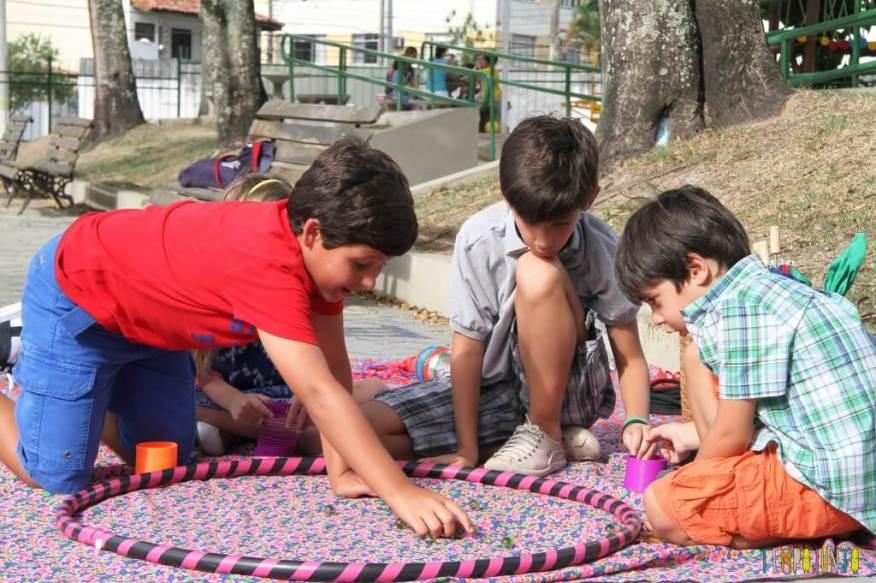 Brincadeiras de rua - Meninos jogando bola de gude