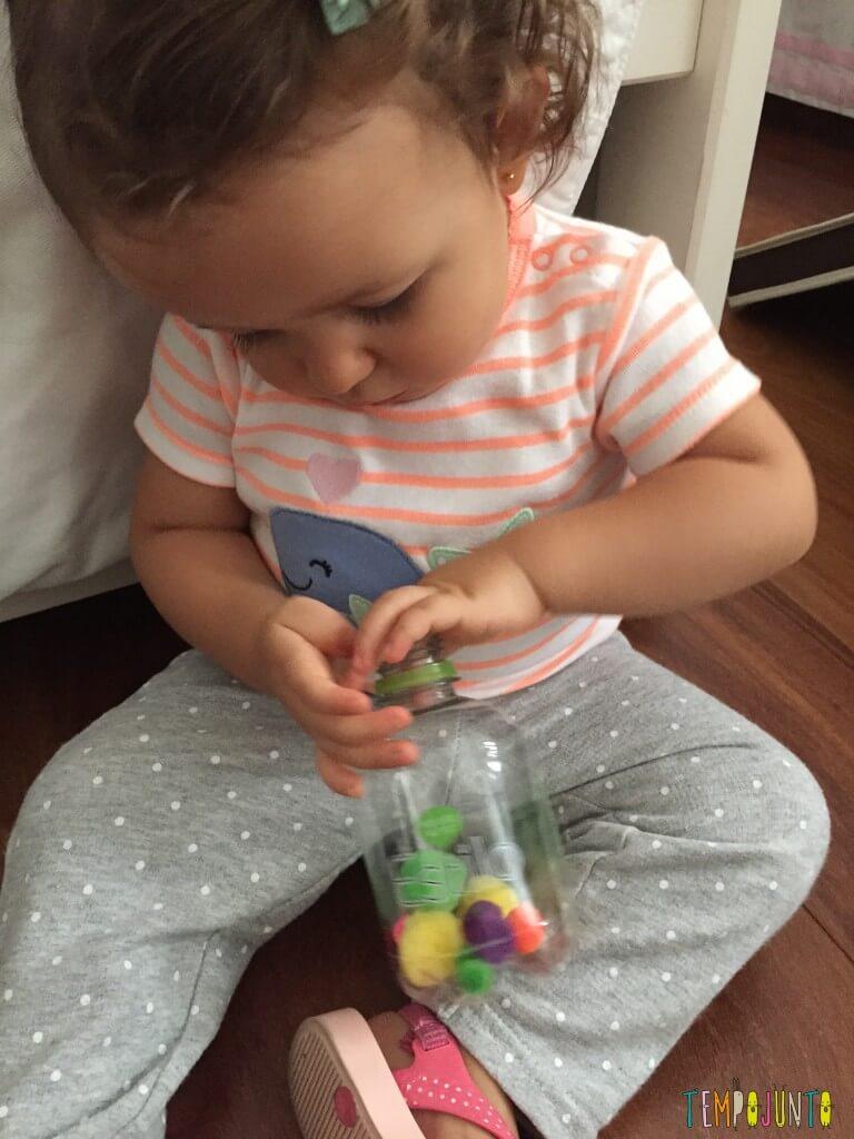 Como estimular o movimento de pinça do bebê - brincadeira com pompom