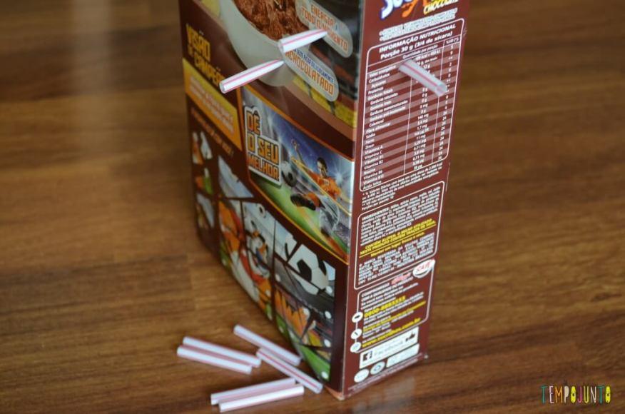 distrair seu filho por uns minutinhos - caixa de cereal e canudo