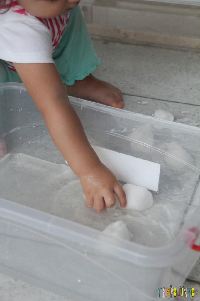 Brincadeira Sensorial com água e algodão para bebês - tirando o algodão
