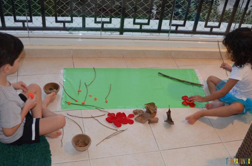 Cantinho para brincar - crianças brincando com folhas de outono