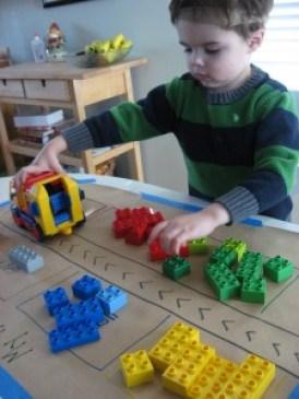 Mais 10 maneiras diferentes de brincar de Lego - pista papel craft