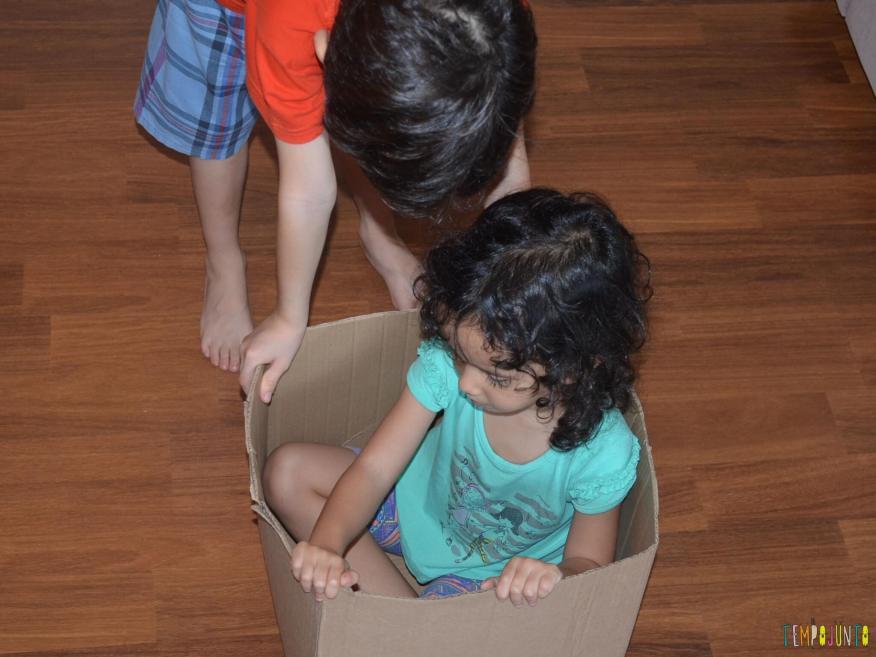 11 Brincadeiras para estimular o sexto e sétimo sentidos das crianças - empurrando a caixa