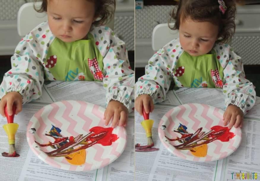 Brincadeira com pincel e tinta para bebês -gabi pintando a mesa