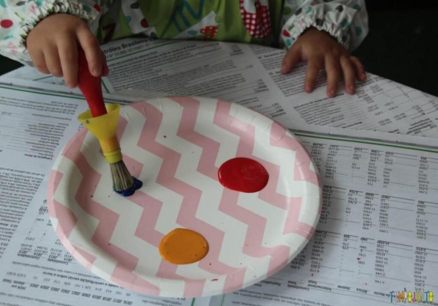 Brincadeira com pincel e tinta para bebês - gabi segurando o pincel