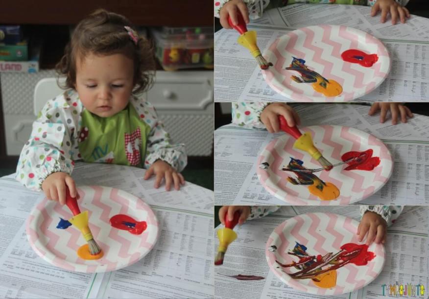 Brincadeira com pincel e tinta para bebês - pintura da gabi