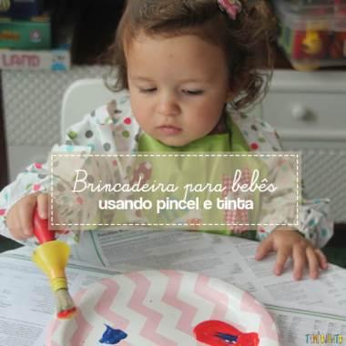 Brincadeira com pincel e tinta para bebês