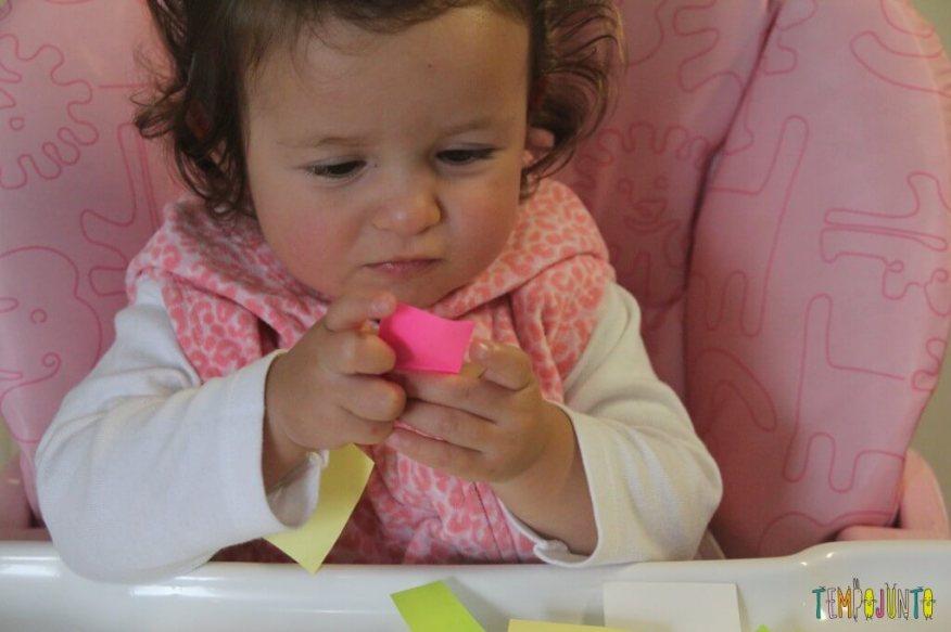 Brincadeira divertida para bebês com post-it e contact - gabi com postit