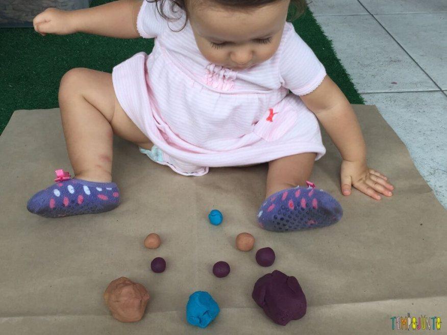 Brincadeira sensorial com massinha caseira - gabi sentada