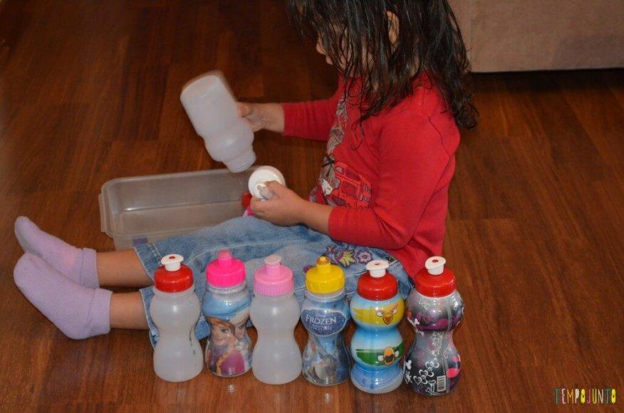 12 brincadeiras para organizar uma gincana de estímulos - larissa com garrafas