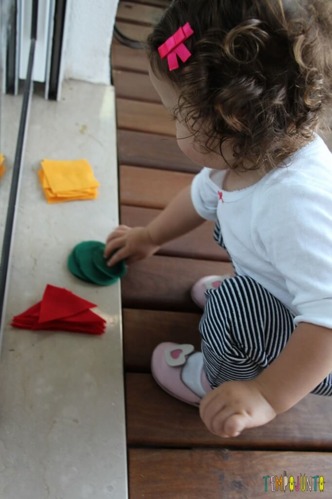 Atividade de cores e formas com contact e feltro - gabi pegando formas