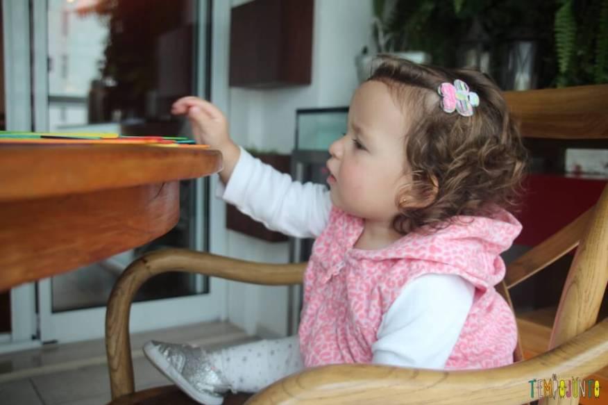 Brinquedo feito em casa para bebês - cores