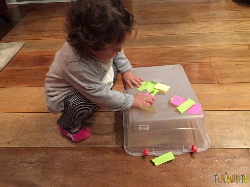 Como criar brincadeiras para bebês com materiais simples - Gabi cola post it na caixa