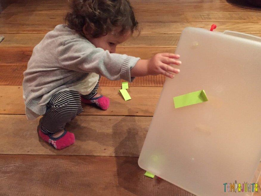 Como criar brincadeiras para bebês com materiais simples - gabi vira a caixa com post it