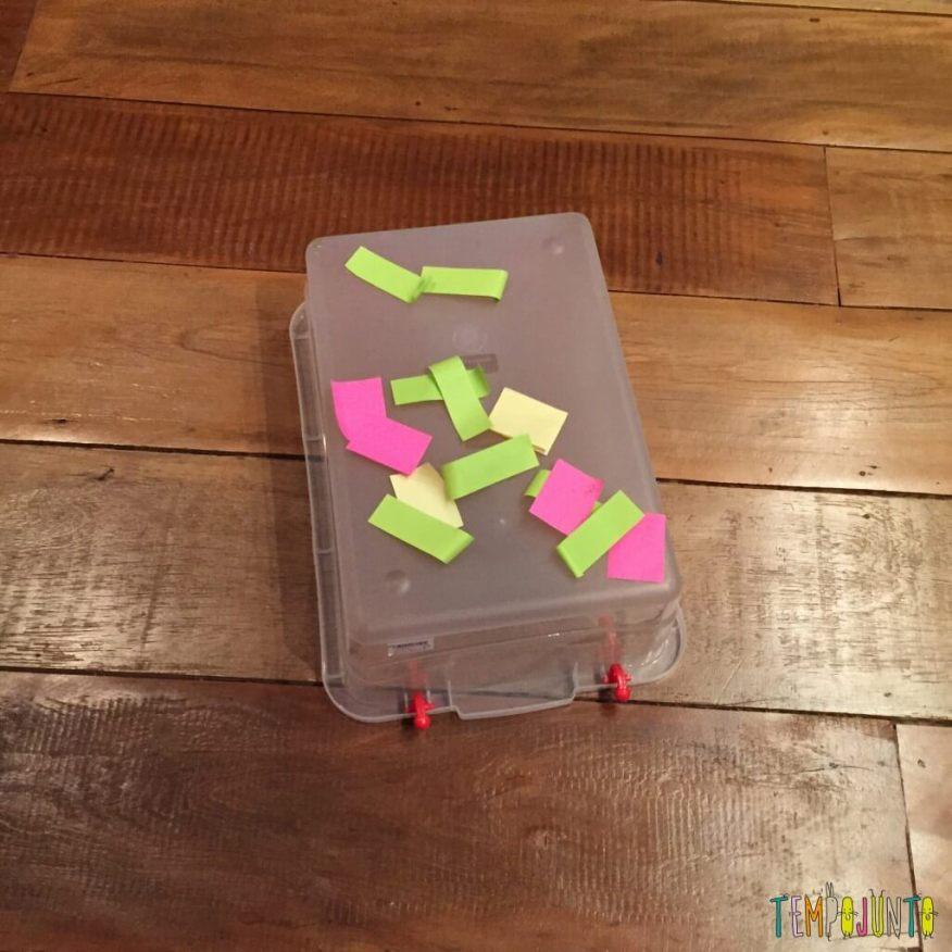 Como criar brincadeiras para bebês com materiais simples - post it na caixa