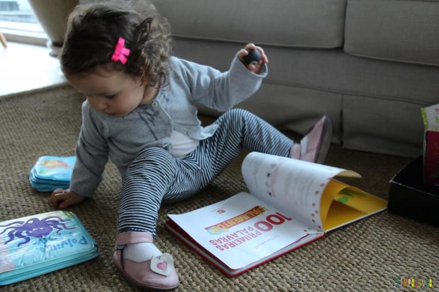 Leitura brincante para bebês - gabi lendo os livros da caixa