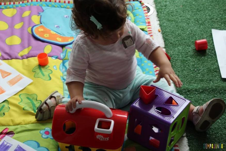Maneiras divertidas de ensinar as cores - Gabi brincando com jogo de encaixar