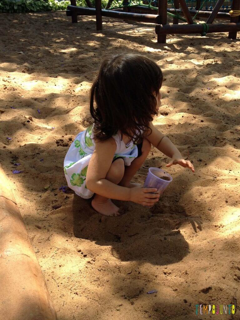 Brincar na areia é diversão para qualquer idade - larissa na areia