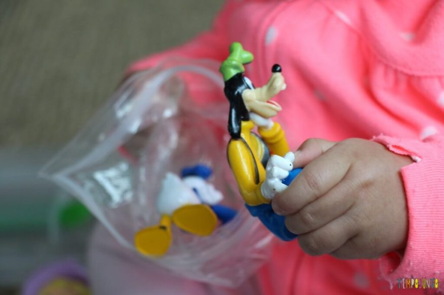 Como divertir o bebê com brinquedos de 1,99 - pegando o brinquedo pateta