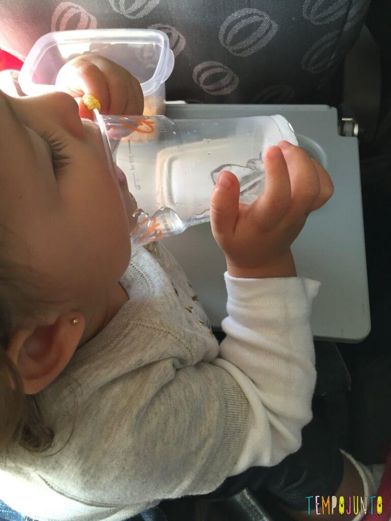 Que tal usar pedra de gelo como brincadeira para bebês - Gabi com o gelo na boca