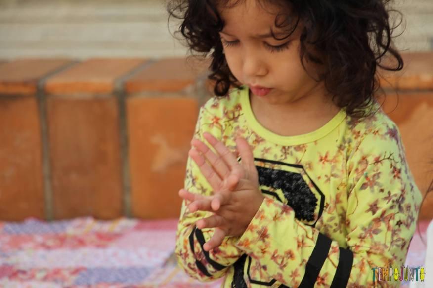 10 ideas criativas para fazer bichinhos com as crianças - amassando o papel pra borboleta