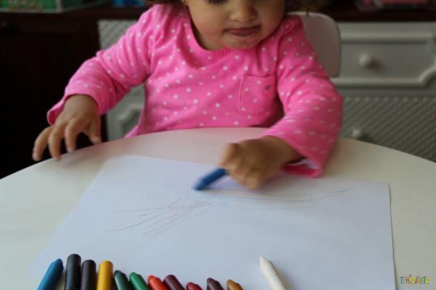 A arte da Gabi virou um presente para o papai - pegando o giz azul ]na mesa
