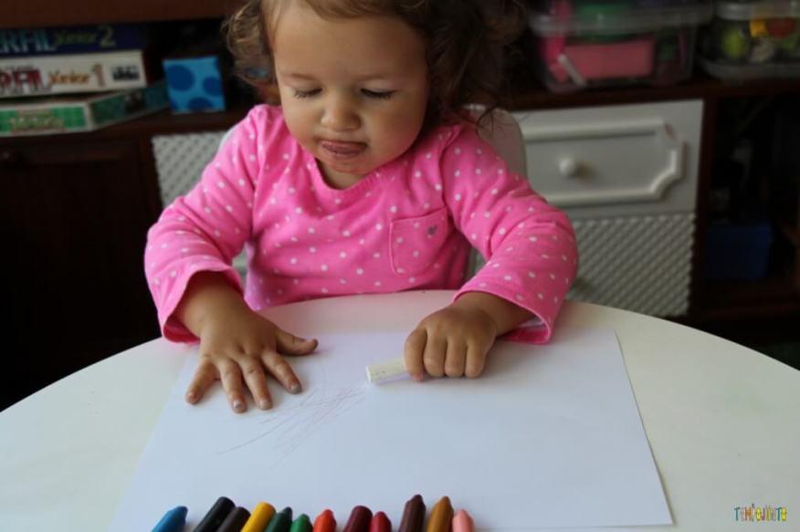 A arte da Gabi virou um presente para o papai - pegando o giz branco na mesa