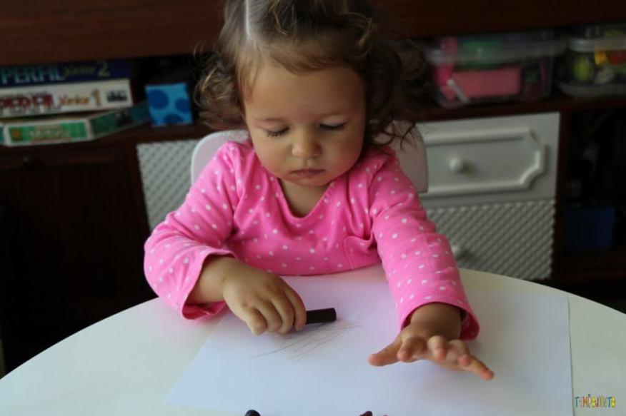 A arte da Gabi virou um presente para o papai - pegando o giz preto na mesa